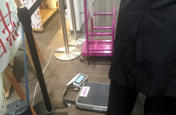 保安検査所の手前の機内持ち込み荷物重さチェック